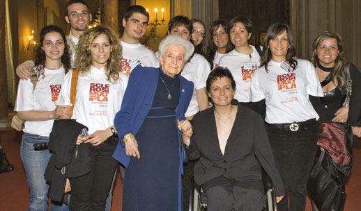 Rita Levi Montalcini con Roberta Amadeo e i giovani volontari dell'AISM
